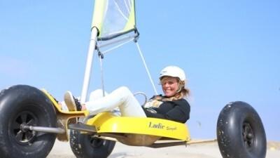 Strandzeilen, kitebuggyen of powerkiten op het strand in Zuid-Holland